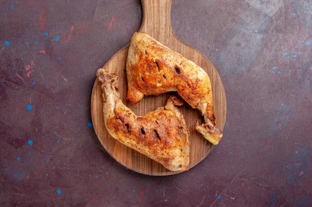 Vista dall'alto delizioso pollo fritto cotto fette di carne sulla scrivania scura