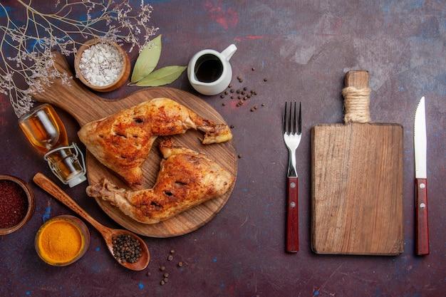 Vista dall'alto delizioso pollo fritto con diversi condimenti nello spazio buio
