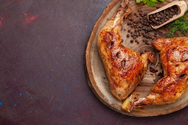 Вид сверху вкусной жареной курицы с перцем на темно-фиолетовом пространстве
