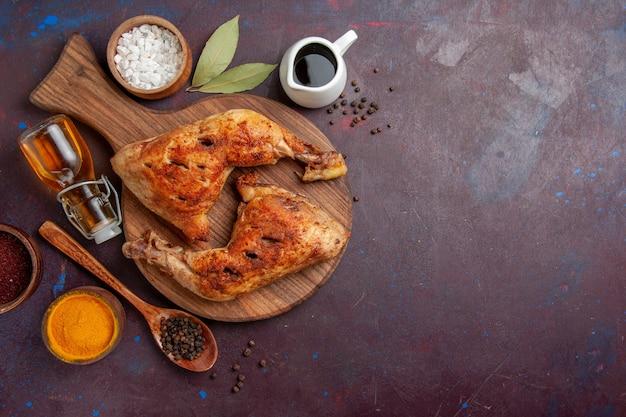 Vista dall'alto delizioso pollo fritto con condimenti nello spazio buio