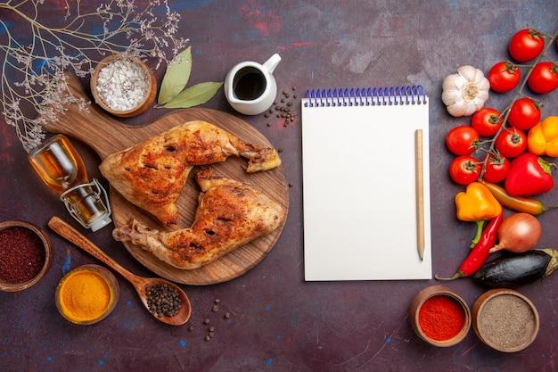Vista dall'alto delizioso pollo fritto con condimenti e verdure nello spazio buio