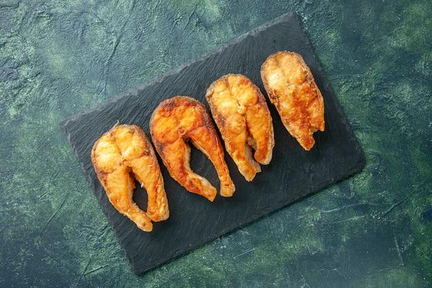 Vista dall'alto delizioso pesce fritto sulla superficie scura piatto cibo insalata friggere carne pepe di mare cucina pasto frutti di mare