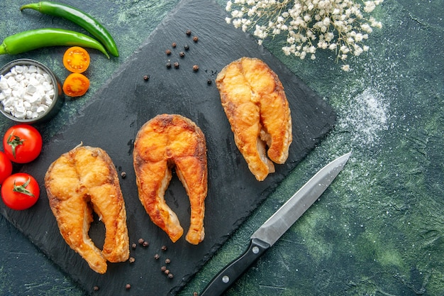 Vista dall'alto delizioso pesce fritto su una superficie scura piatto insalata di carne frittura di mare pepe cibo cucina pasto frutti di mare