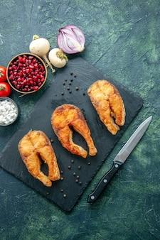 Vista dall'alto delizioso pesce fritto su un piatto di superficie scura insalata di frutti di mare frittura di carne pepe di mare cibo cucina pasto