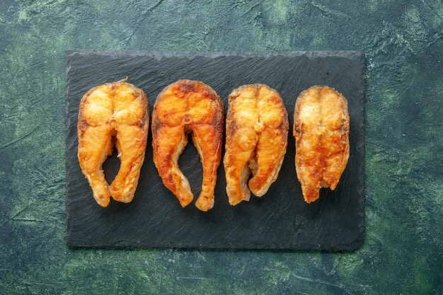 上面図暗い表面のおいしい揚げ魚料理サラダ揚げ肉海苔料理食事シーフード
