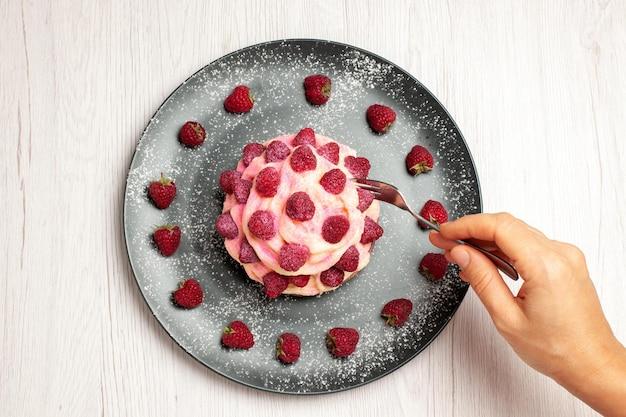 Vista dall'alto deliziosa torta alla frutta dessert alla crema con lamponi freschi su sfondo bianco chiaro dolce crema tè dessert torta biscotto torta