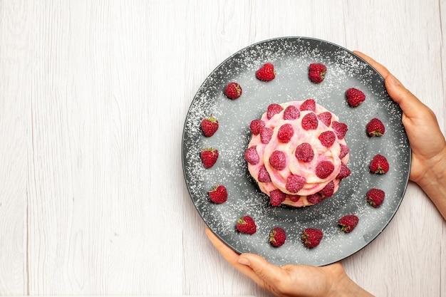 흰색 바탕에 신선한 라즈베리를 곁들인 맛있는 과일 케이크 크림 디저트 달콤한 크림 차 디저트 비스킷 케이크 파이