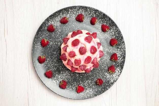 上面図白い背景にラズベリーとおいしいフルーツケーキクリームデザートクリームデザートビスケット甘いケーキパイ