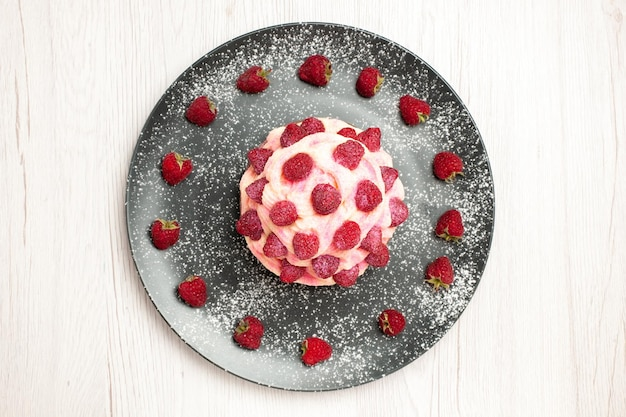 Vista dall'alto deliziosa torta alla frutta dessert alla crema con lamponi su sfondo bianco crema dessert biscotto torta dolce torta