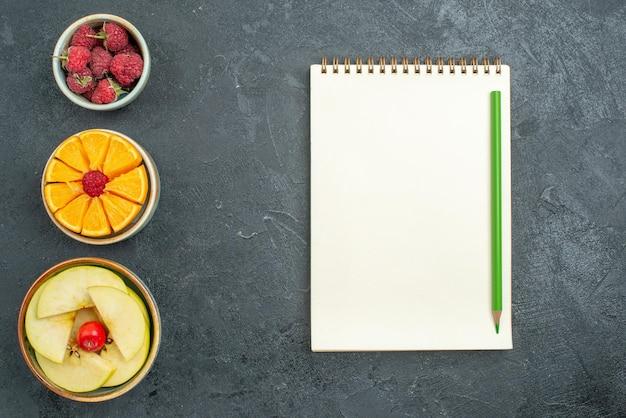 トップビューおいしい果物の組成暗い背景に新鮮でまろやかな果物熟した新鮮な健康ダイエット果物まろやか