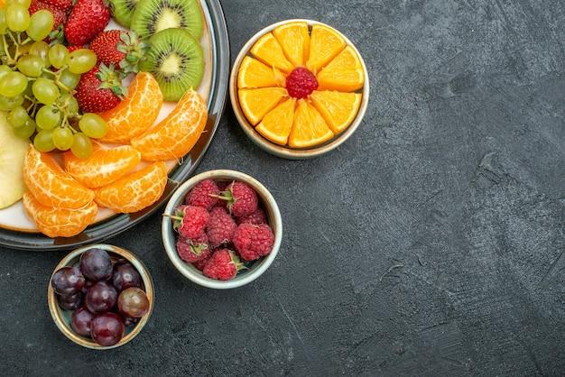 어두운 배경 건강 잘 익은 신선한 과일 부드러운 상위 뷰 맛있는 과일 구성 신선하고 얇게 썬 과일