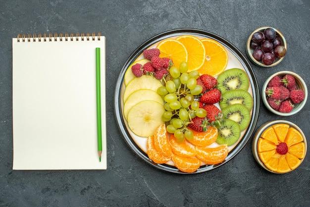 어두운 배경에 잘 익은 신선한 건강 다이어트 과일 부드러운 상위 뷰 맛있는 과일 구성 신선하고 얇게 썬 과일