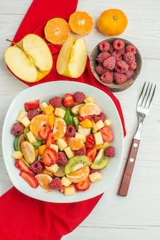 Вид сверху вкусный фруктовый салат на белой ягоде цитрусовых экзотических спелых фото фруктовых