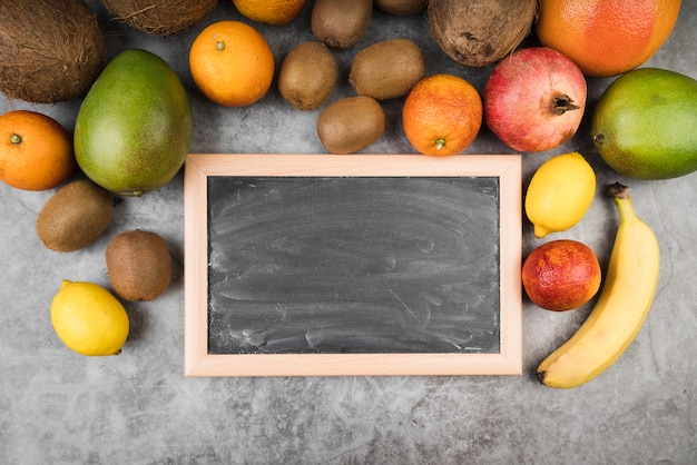 Вид сверху вкусных фруктов на столе