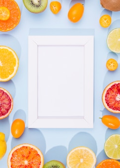 テーブルの上のフレームとおいしい果物のトップビュー