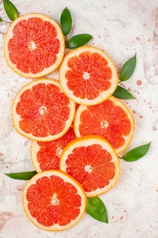 상위 뷰 맛있는 자몽은 누드 테이블 과일에 레몬 조각을 조각 photo
