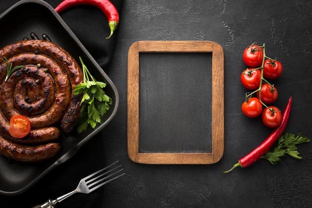 Вид сверху вкусная жареная колбаса на столе