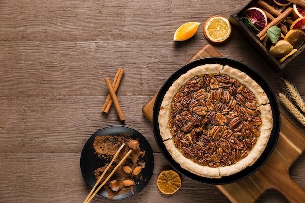 Вид сверху вкусного пирога с орехами ручной работы на столе