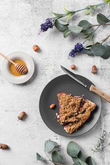 Вид сверху вкусного пирога ручной работы на тарелке