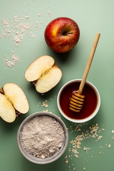 Вид сверху вкусный мед и яблоки