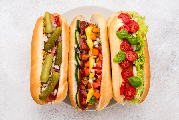 Disposizione deliziosi hot dog vista dall'alto