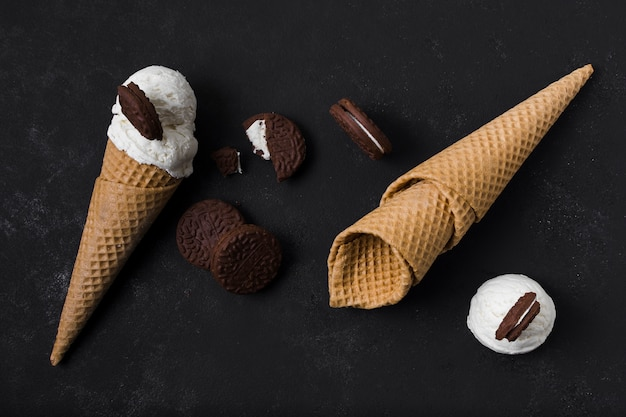 Вид сверху вкусное мороженое и печенье