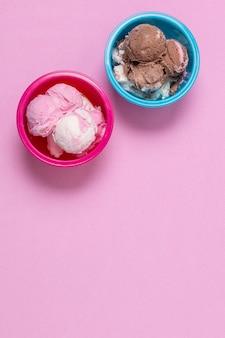Вид сверху вкусное мороженое в мисках с копией пространства
