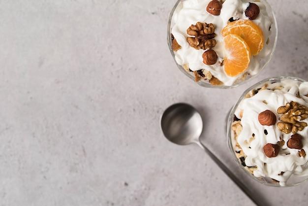 Вид сверху вкусное мороженое с сиропом и фруктами