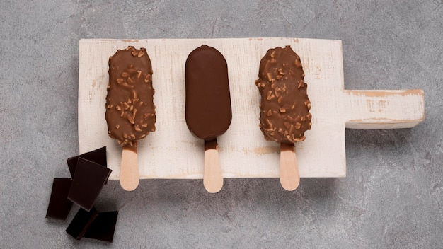 Вид сверху вкусного мороженого на стол