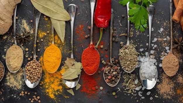 Вид сверху вкусные индийские приправы
