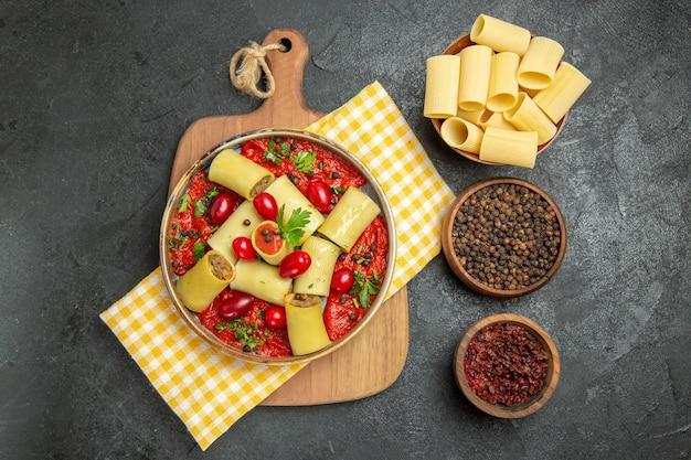 平面図おいしいイタリアンパスタ、肉とトマトソース、灰色の表面の食事パスタディナー生地食品