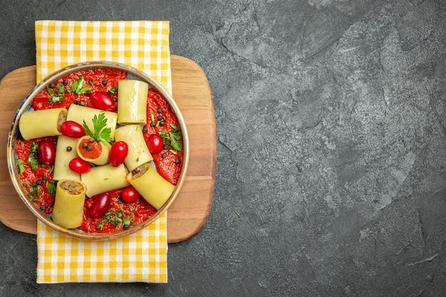 회색 배경 식사 파스타 반죽 음식 저녁 식사에 고기와 토마토 소스와 함께 상위 뷰 맛있는 이탈리아 파스타