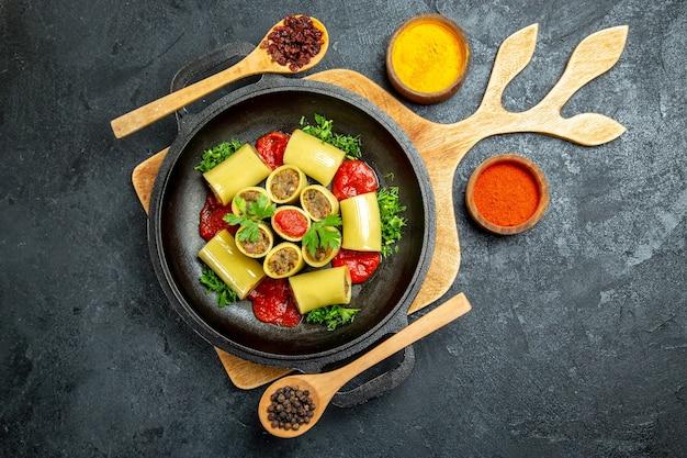 Vista dall'alto deliziosa pasta italiana con carne e condimenti su uno spazio grigio