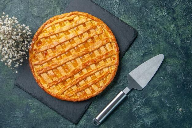 Вид сверху вкусный желейный пирог на синем фоне