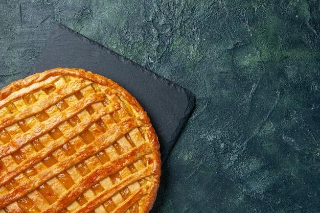紺色の背景においしいゼリーパイの上面図