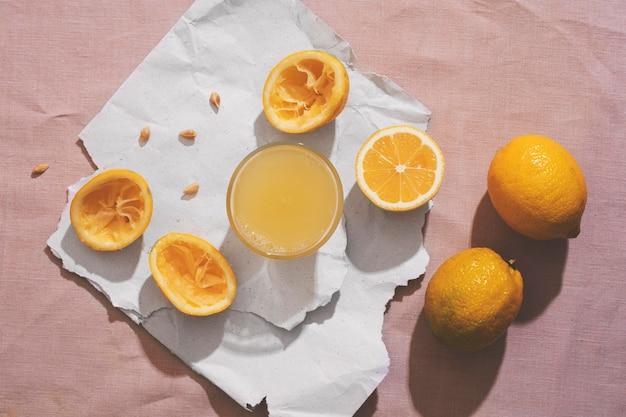 Vista dall'alto deliziosi limoni e succhi