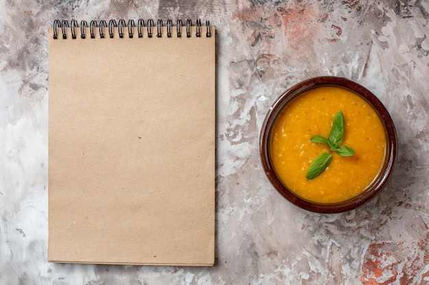밝은 배경 식물 수프 색상 식품 씨앗에 있는 접시 안에 있는 맛있는 렌즈콩 수프