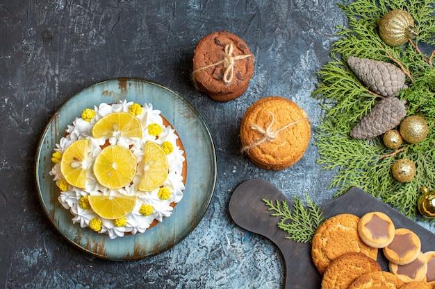 과일 케이크와 함께 상위 뷰 맛있는 작은 비스킷