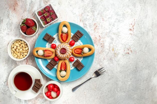 トップビューチョコレートバー茶と白い背景の甘いクラッカーとおいしい小さなケーキクラッカー甘いビスケットケーキパイチョコレート