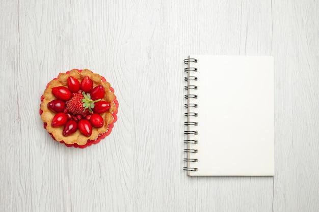흰색 책상에 과일과 함께 상위 뷰 맛있는 작은 케이크