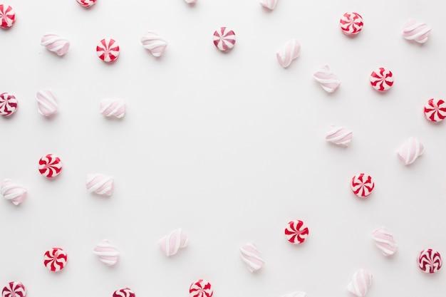 Вид сверху вкусные маленькие конфеты