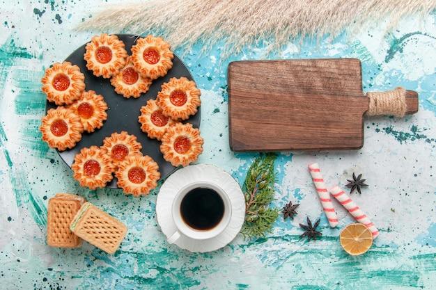 블루 데스크 쿠키 비스킷 달콤한 설탕 색 차에 와플과 커피 한잔 상위 뷰 맛있는 작은 쿠키