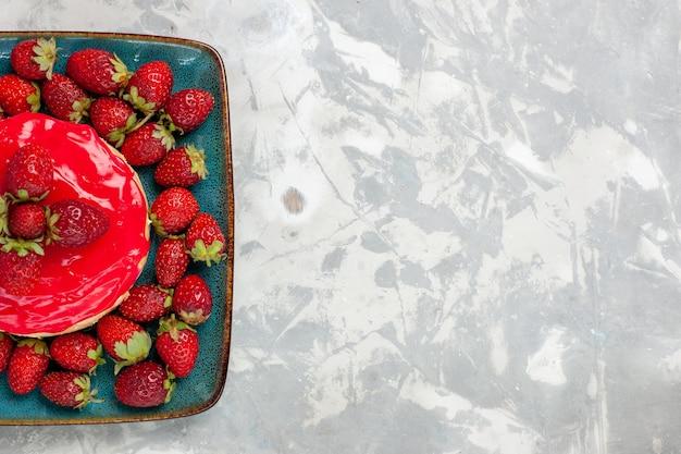 상위 뷰 맛있는 찾고 케이크 흰색 배경에 빨간 크림과 신선한 딸기와 작은 파이 케이크 비스킷 크림 설탕 달콤한