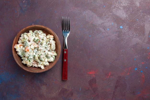 暗い空間のプレートの中に鶏肉が入ったトップビューのおいしいマヨネーズサラダ