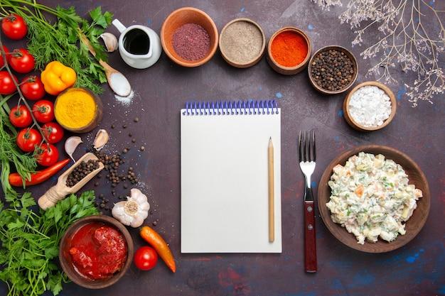 어두운 공간에 채소와 야채와 함께 상위 뷰 맛있는 mayyonaise 샐러드