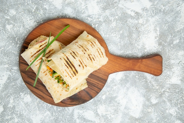 흰색 공간에 얇게 썬 침에 구운 고기로 만든 상위 뷰 맛있는 식사 샌드위치