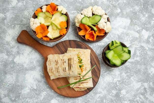 Vista dall'alto delizioso pasto panino con carne alla griglia affettata con insalata su uno spazio bianco