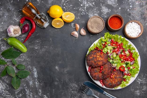 新鮮なサラダとトップビューのおいしい肉カツレツ