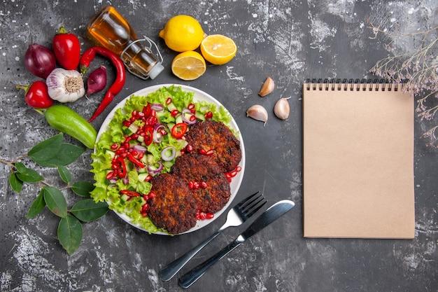Вид сверху вкусные мясные котлеты со свежим салатом