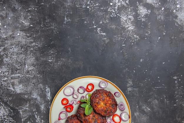 Вид сверху вкусные мясные котлеты с луковыми кольцами